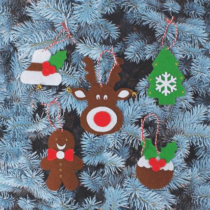 Décos de Noël en feutrine accrochées au sapin